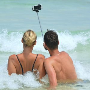 selfie-couple-at-the-beach